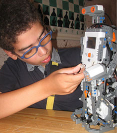 smart-boy-building-robot